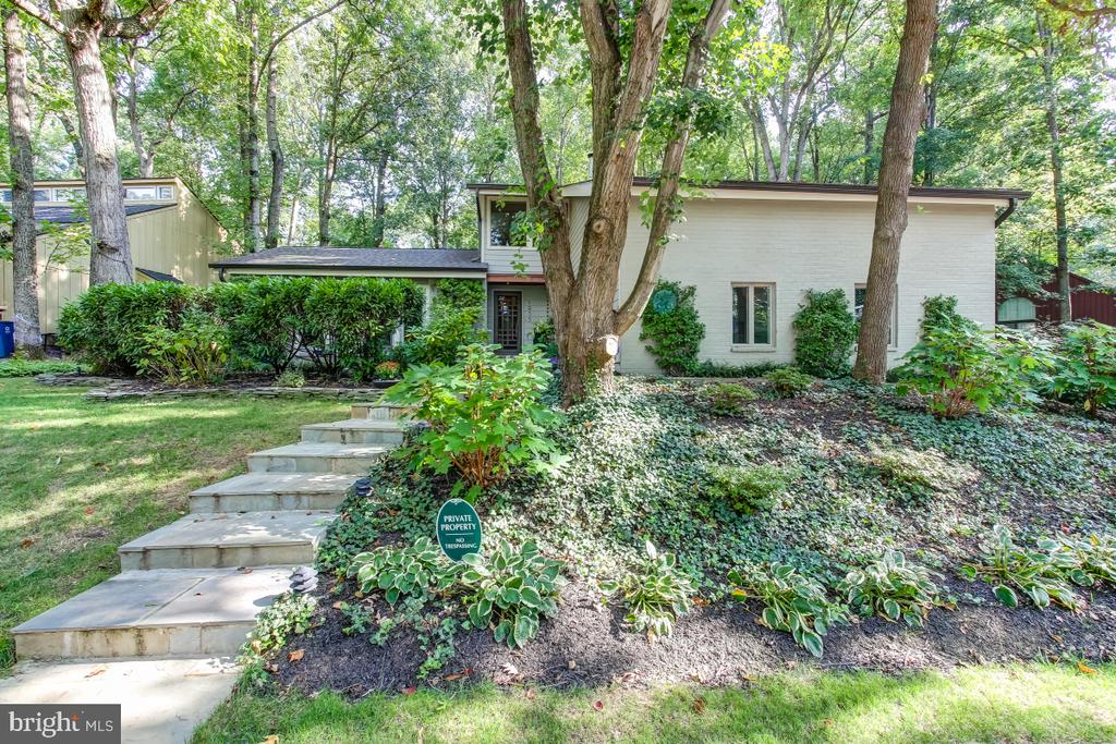 Exceptional contemporary - 1935 UPPER LAKE DR, RESTON