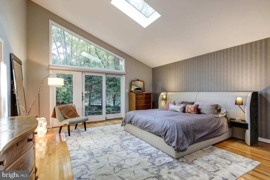 Unique Master Suite with wall of glass & Skylight - 1935 UPPER LAKE DR, RESTON