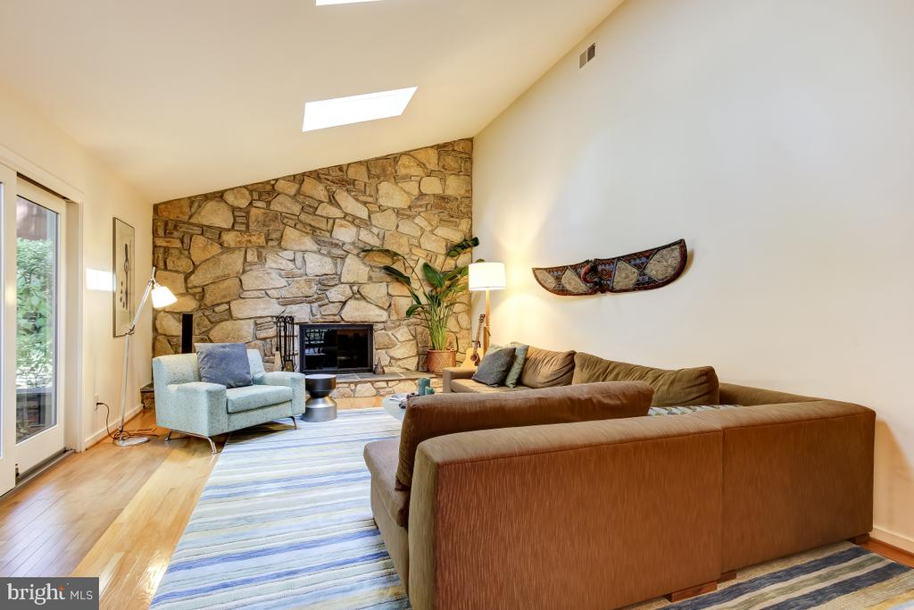 Striking Stone Fireplace Wall with raised hearth - 1935 UPPER LAKE DR, RESTON