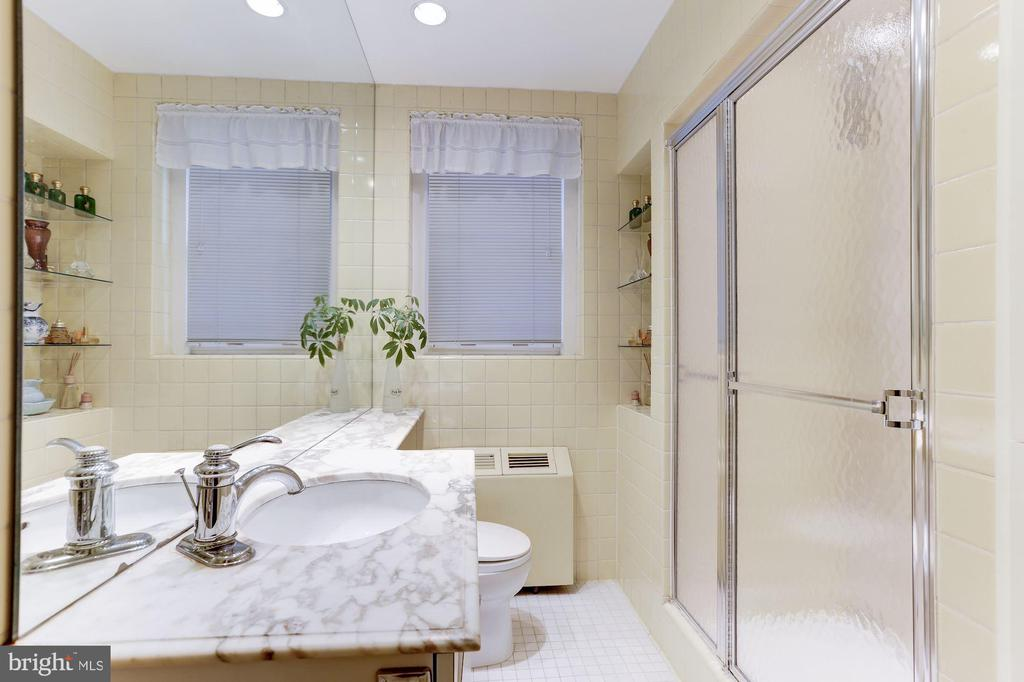 Full bath - 2101 CONNECTICUT AVE NW #44, WASHINGTON