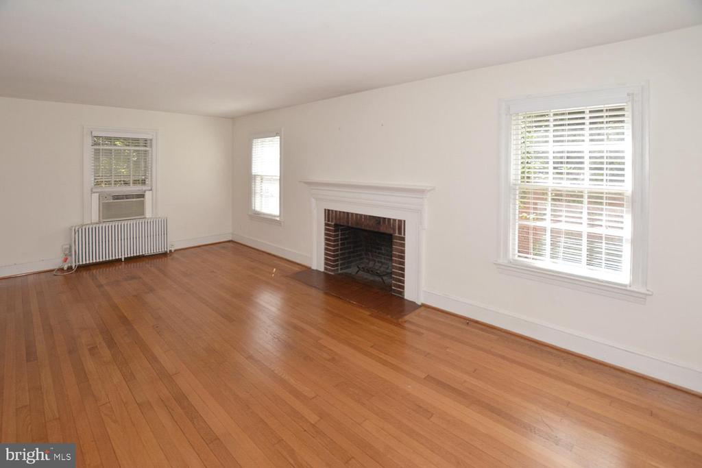 LARGE LR WITH FIREPLACE AND GLEAMING HARDWOOD FLOO - 2714 FRANKLIN RD, ARLINGTON