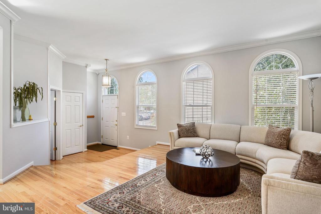 Living room & entry way w/ beautiful hardwood - 20776 BRIDALVEIL FALLS TER, STERLING