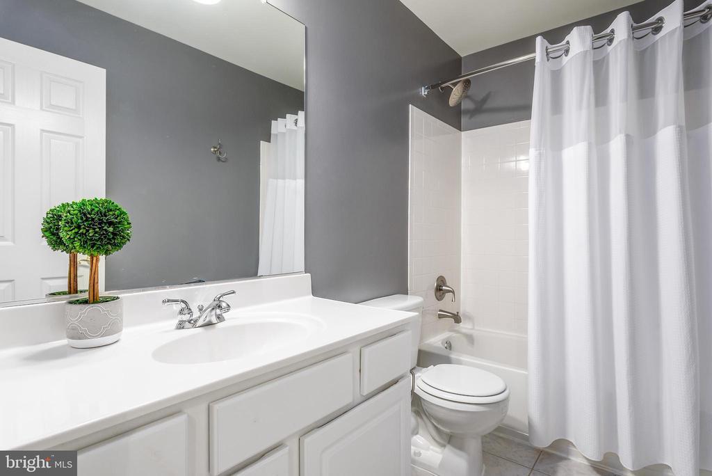 Full bath in hallway - 20776 BRIDALVEIL FALLS TER, STERLING