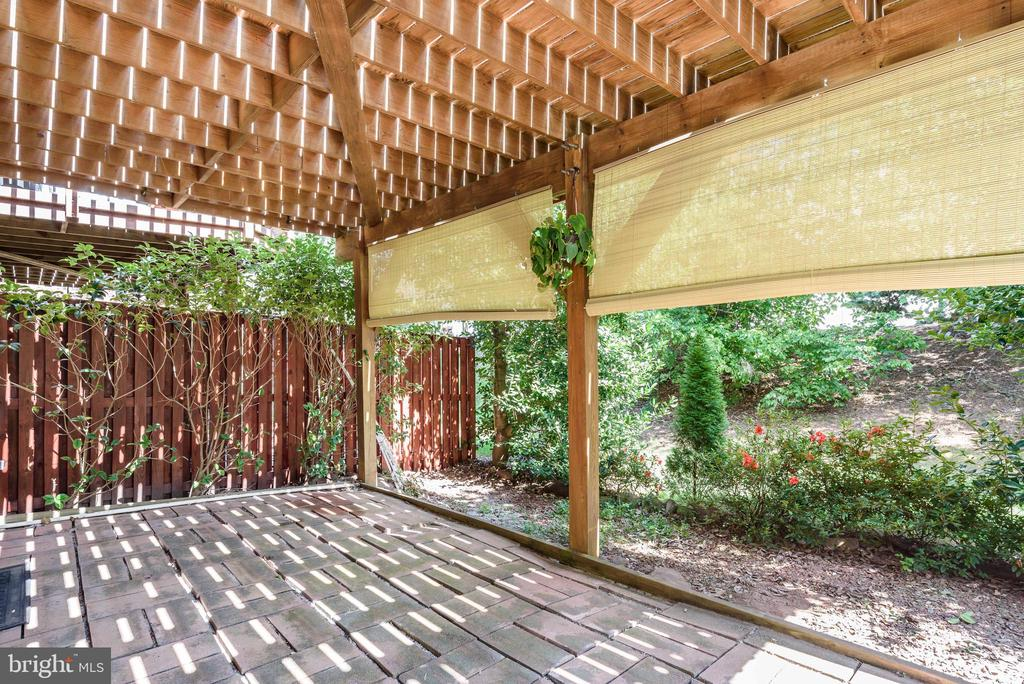 Stone patio for privacy! - 20776 BRIDALVEIL FALLS TER, STERLING