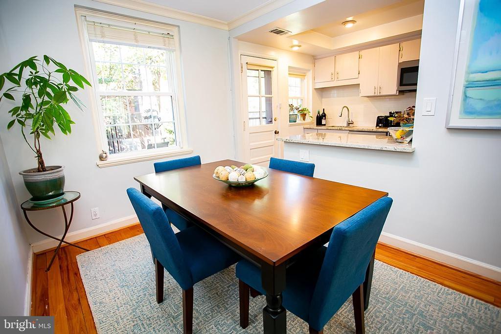 Overlooks the renovated kitchen - 2848 S ABINGDON ST, ARLINGTON