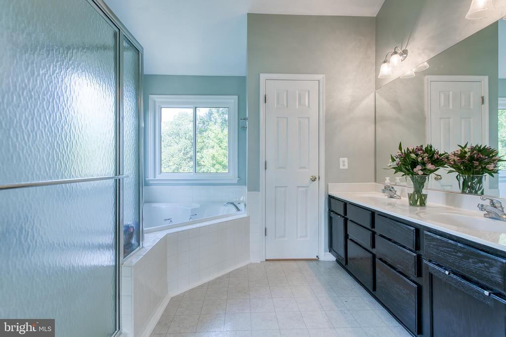 Master Bathroom with soaking tub & double sinks - 12 SILVERLEAF CT, STAFFORD