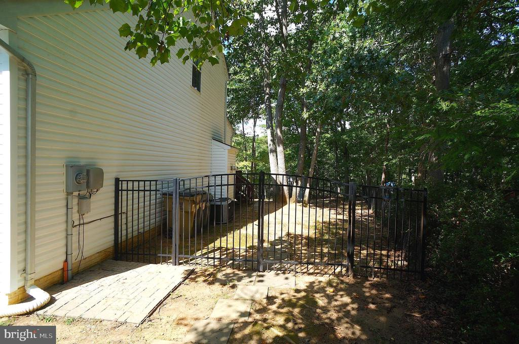 Side Yard with Double Gate to Rear Yard - 2004 WAVE DR, STAFFORD