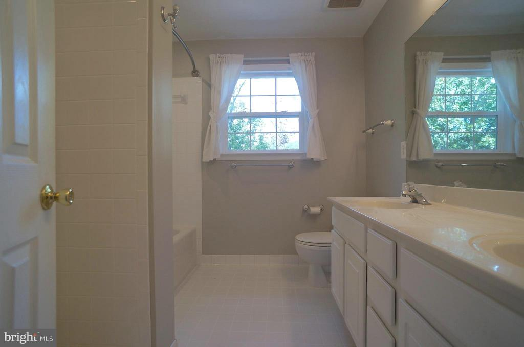 Owner's Bath (9'x8') with Ceramic Tile Flooring - 2004 WAVE DR, STAFFORD