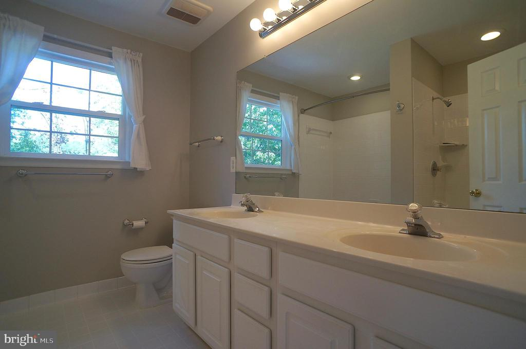 Cultured Marble Vanity Top w/Dual Seamless Sinks - 2004 WAVE DR, STAFFORD