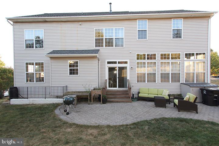 Back of home with patio - 806 SANTMYER DR SE, LEESBURG