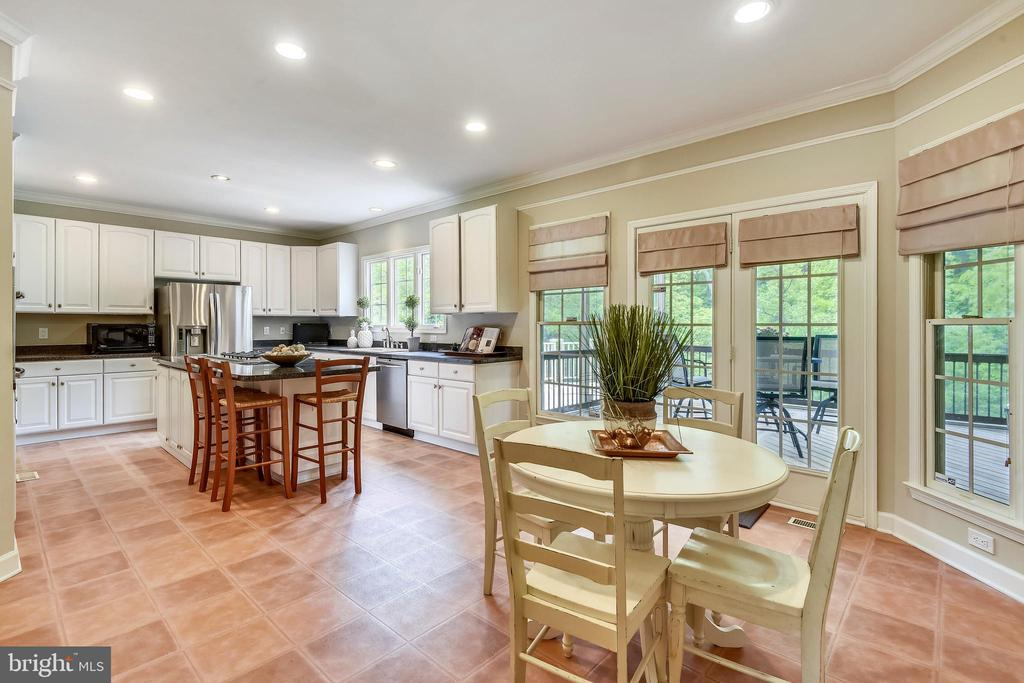 Plenty of Room for all who gather in the Kitchen! - 6846 CREEK CREST WAY, SPRINGFIELD