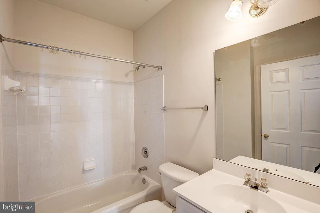 Main level full bathroom - 5675 CLOUDS MILL DR, ALEXANDRIA
