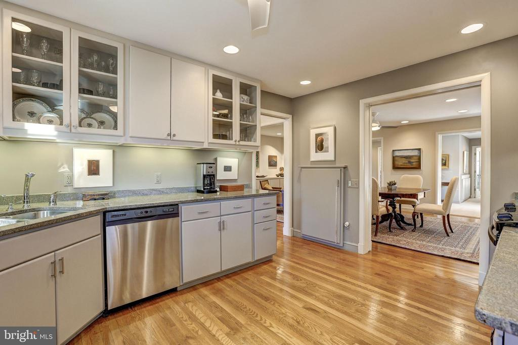 Granite countertops & Stainless Steel appliances - 5119 BRADLEY BLVD, CHEVY CHASE