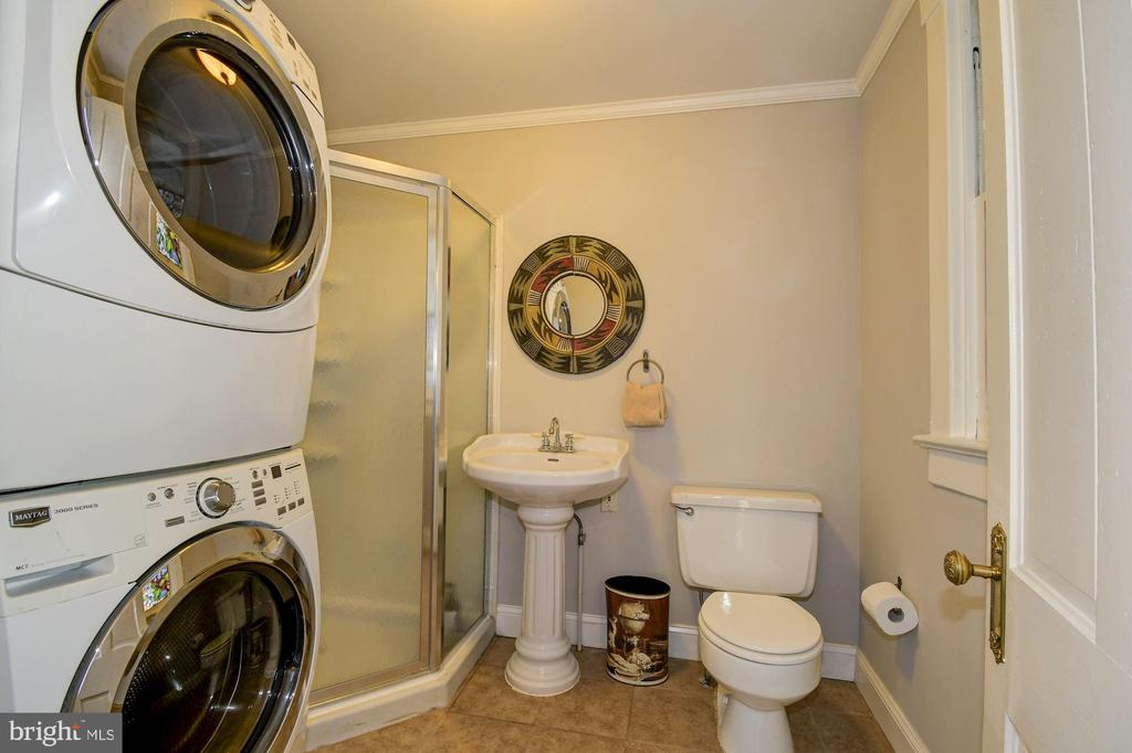 Main floor full sized bath with washer/dryer - 210 LAVERNE AVE, ALEXANDRIA