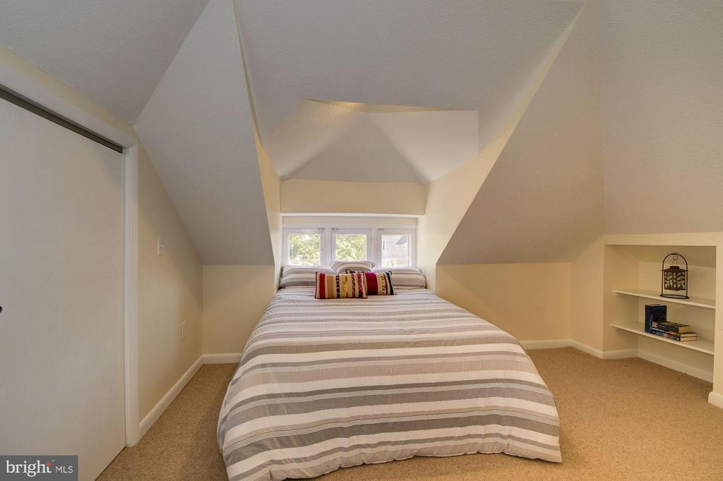 Top level fully finished attic bedroom - 210 LAVERNE AVE, ALEXANDRIA