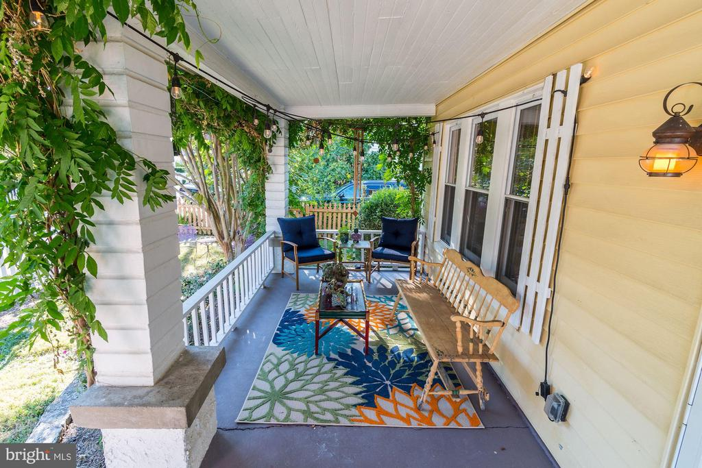 Relax on the front porch - 210 LAVERNE AVE, ALEXANDRIA