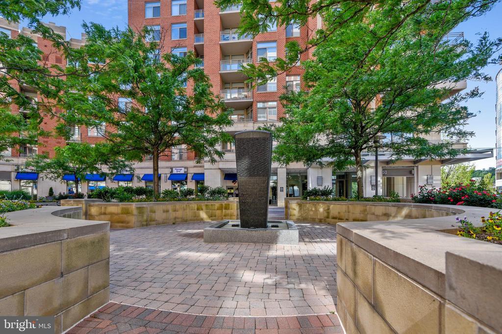 Courtyard Fountain is so relaxing! - 3600 S GLEBE RD #222W, ARLINGTON