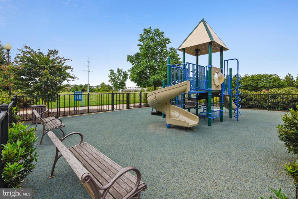 Fenced and Secure with soft surface! - 3600 S GLEBE RD #222W, ARLINGTON