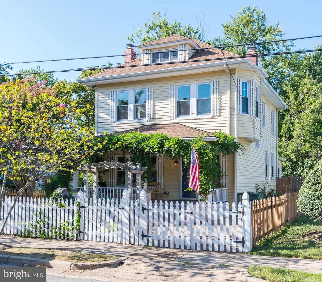 White picket fence at 210 Laverne Ave - 210 LAVERNE AVE, ALEXANDRIA