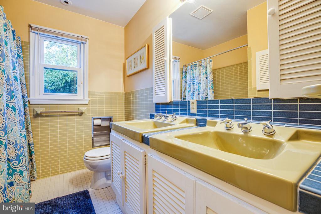 Upper level hall Full bath - 1106 LITTLEPAGE ST, FREDERICKSBURG