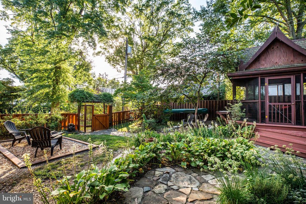 multiple seating areas in the back yard - 1106 LITTLEPAGE ST, FREDERICKSBURG