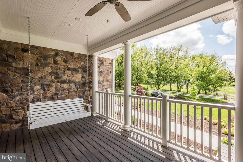 Front Porch Swing - 15435 BARNESVILLE RD, BOYDS