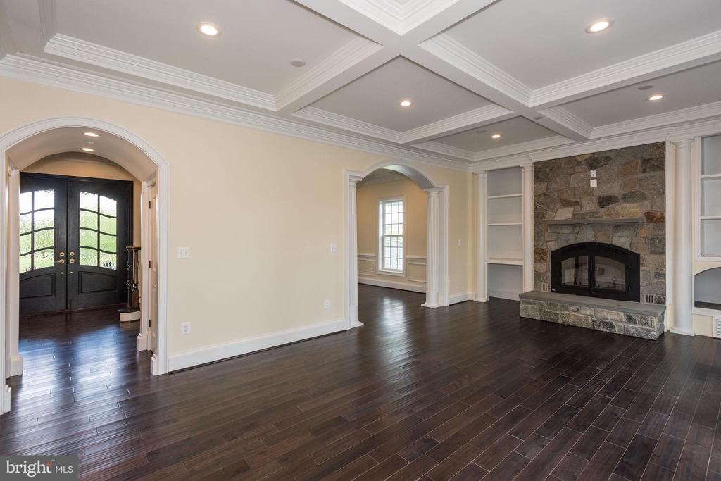Family Room with Gas Fireplace - 15435 BARNESVILLE RD, BOYDS