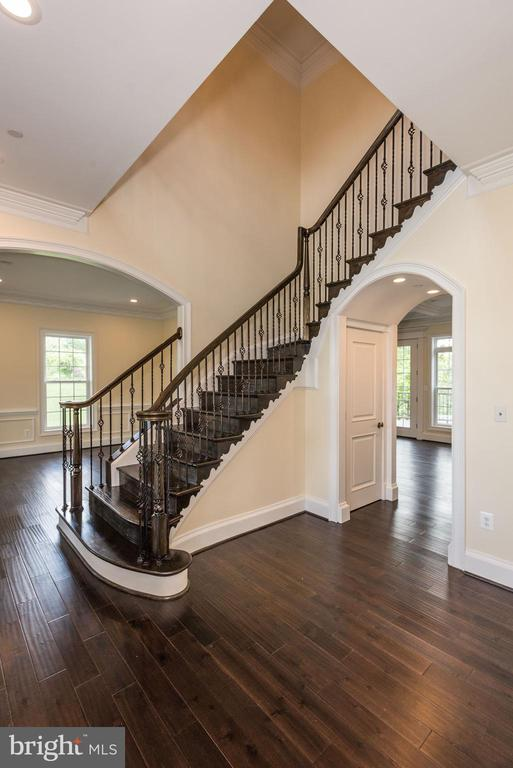Entry Foyer with Soaring Ceiling - 15435 BARNESVILLE RD, BOYDS