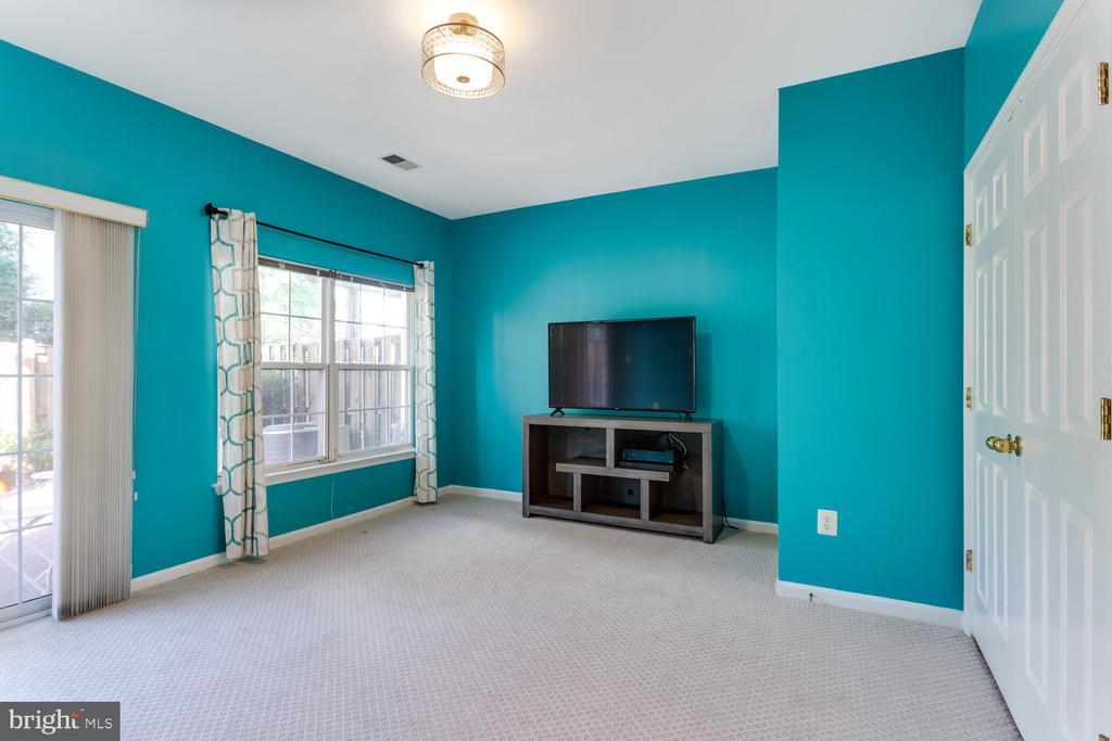 First floor Family Room - 5318 CHIEFTAIN CIR, ALEXANDRIA