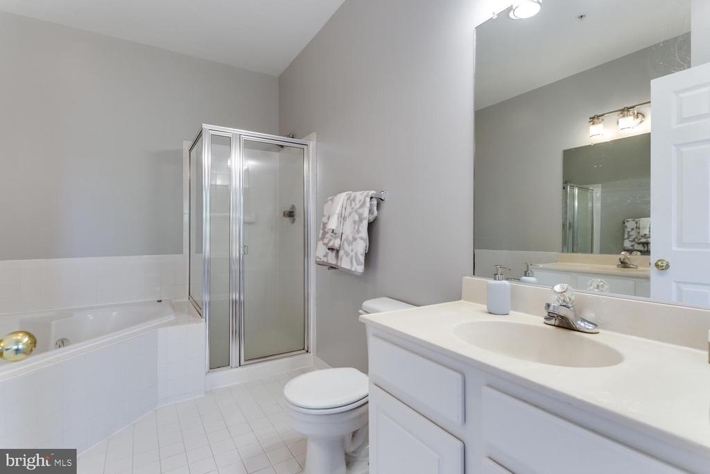 Shower and soaking tub - 5318 CHIEFTAIN CIR, ALEXANDRIA