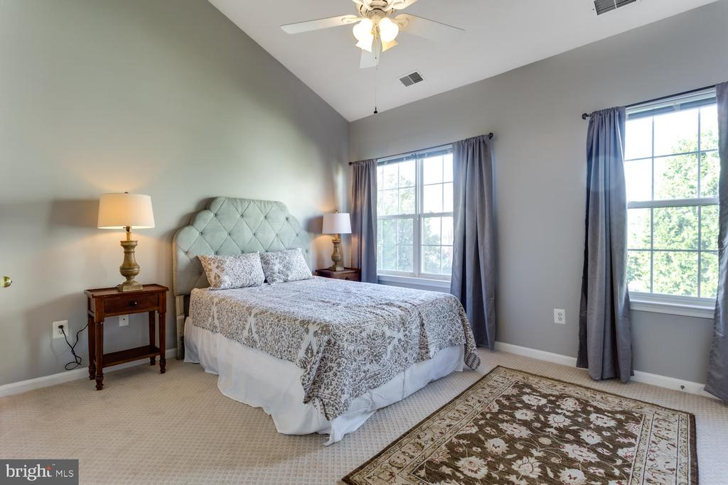 Vaulted ceiling in the elegant Master Bedroom - 5318 CHIEFTAIN CIR, ALEXANDRIA