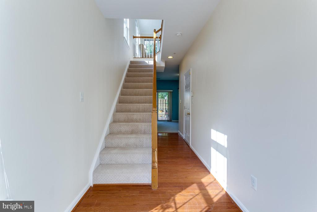 Up to Main Living with hardwood floors - 5318 CHIEFTAIN CIR, ALEXANDRIA