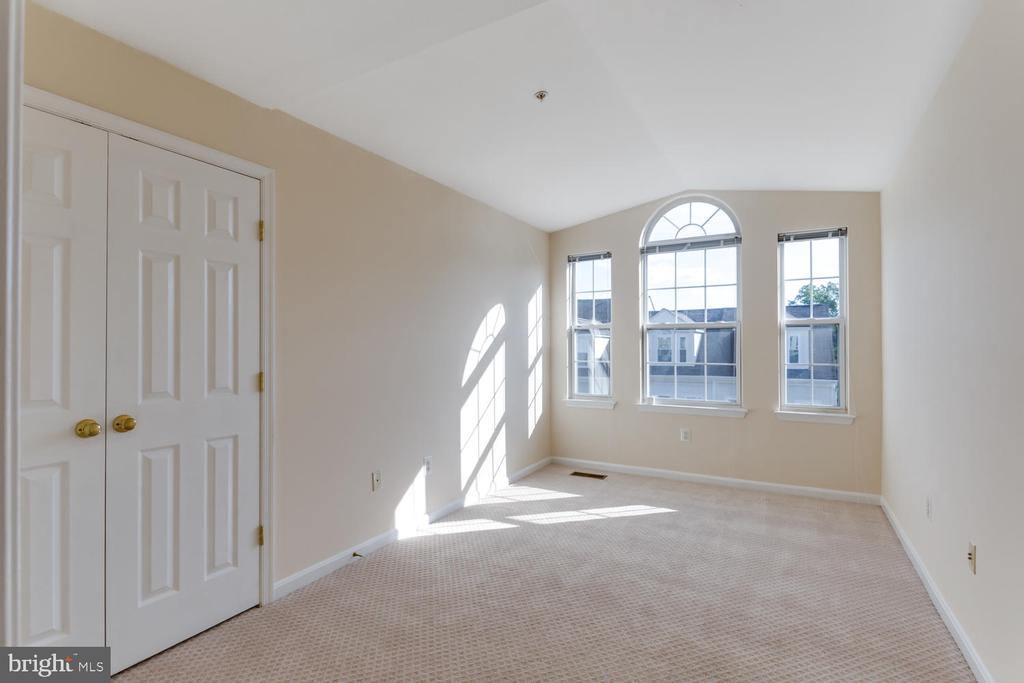 Third Bedroom with large windows - 5318 CHIEFTAIN CIR, ALEXANDRIA