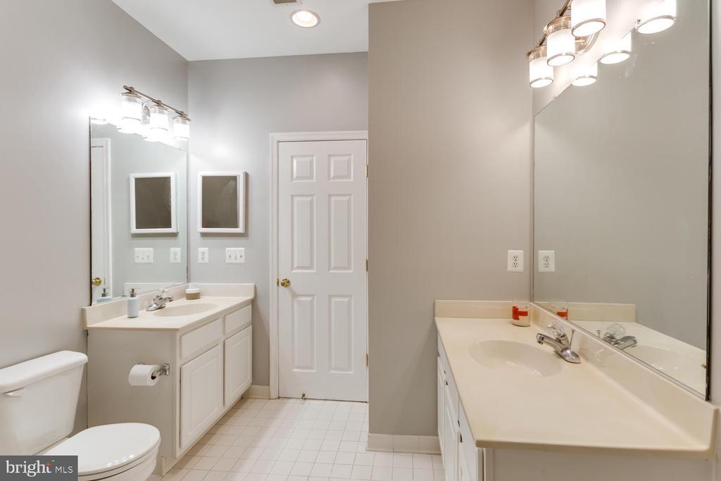 Double vanity Master Bath - 5318 CHIEFTAIN CIR, ALEXANDRIA