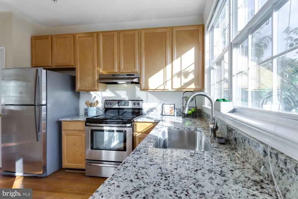 Granite Counters and huge sink - 5318 CHIEFTAIN CIR, ALEXANDRIA