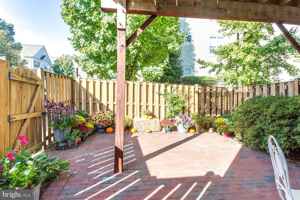 Fully- fenced  courtyard. - 5318 CHIEFTAIN CIR, ALEXANDRIA
