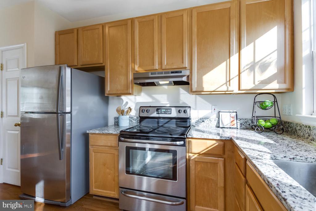 Stainless appliances - 5318 CHIEFTAIN CIR, ALEXANDRIA
