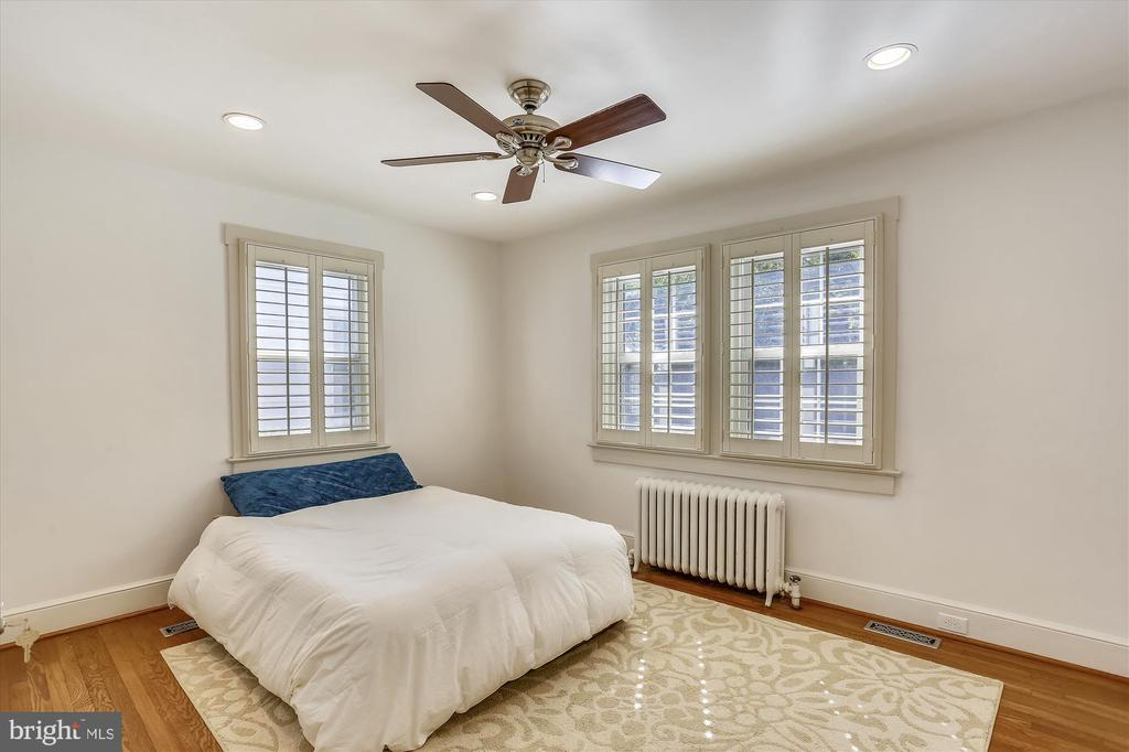 Spacious Master Bedroom - 4417 BRADLEY LN, CHEVY CHASE