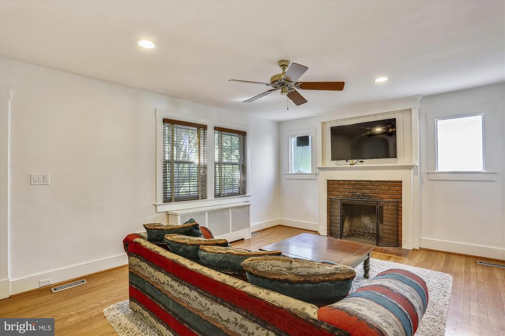 Wood fireplace in living room - 4417 BRADLEY LN, CHEVY CHASE