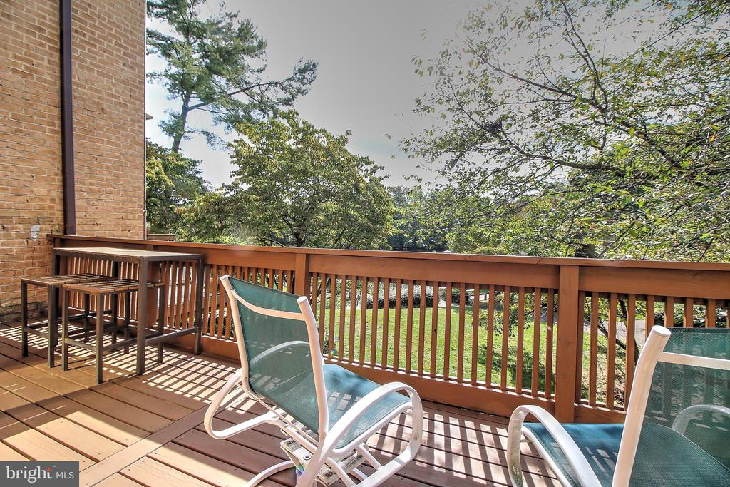 Deck off kitchen and family area - 2031 LAKEWINDS DR, RESTON