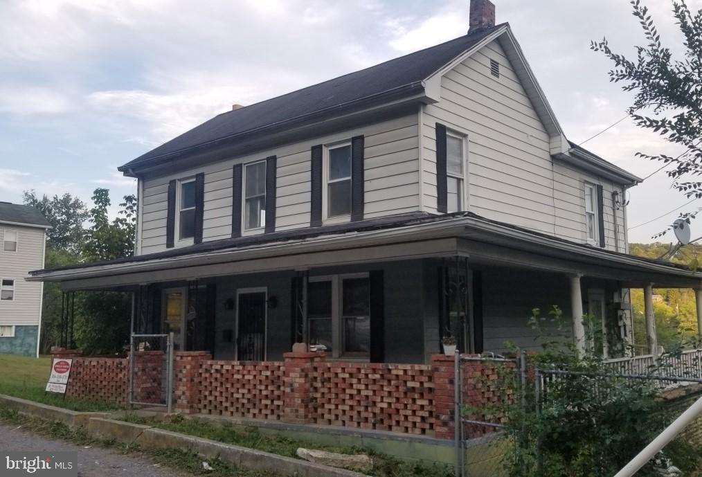 Photo of home for sale at 402 Wilkes Street, Berkeley Springs WV
