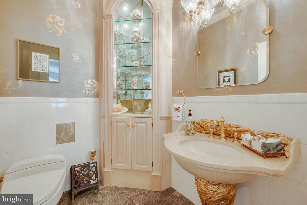 Fancy half bath on main level - 40843 ROBIN CIR, LEESBURG