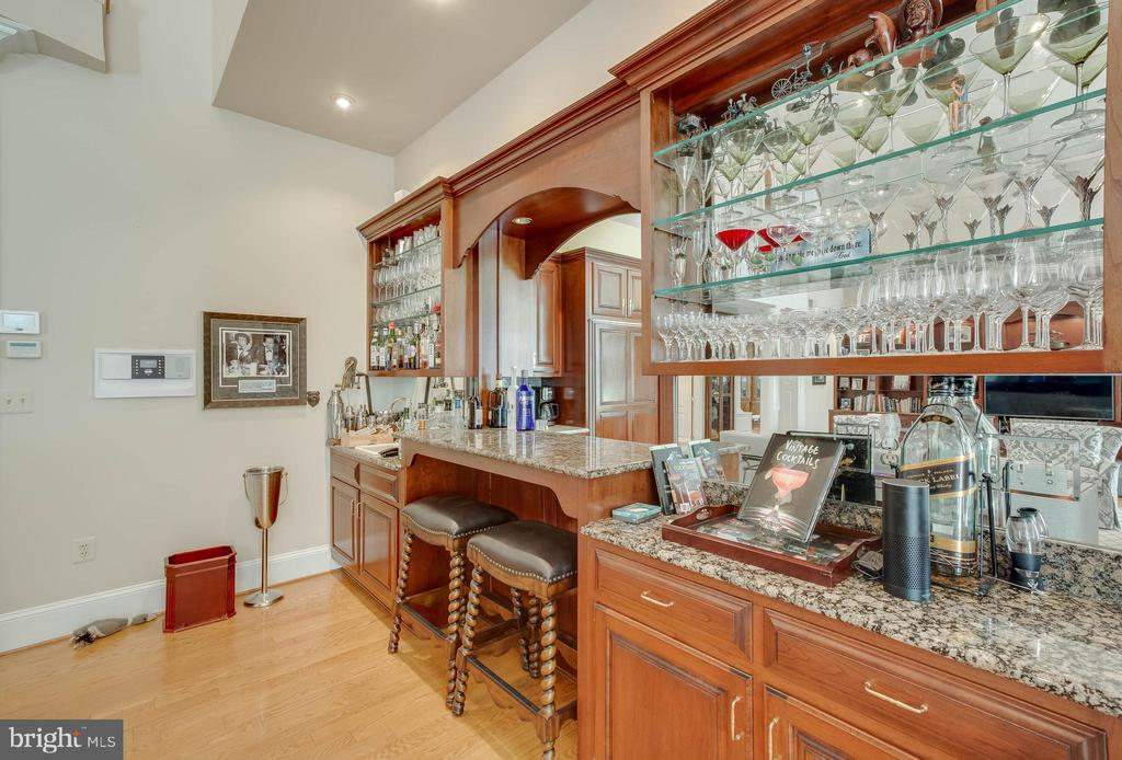 Wet bar in Family Room - 40843 ROBIN CIR, LEESBURG