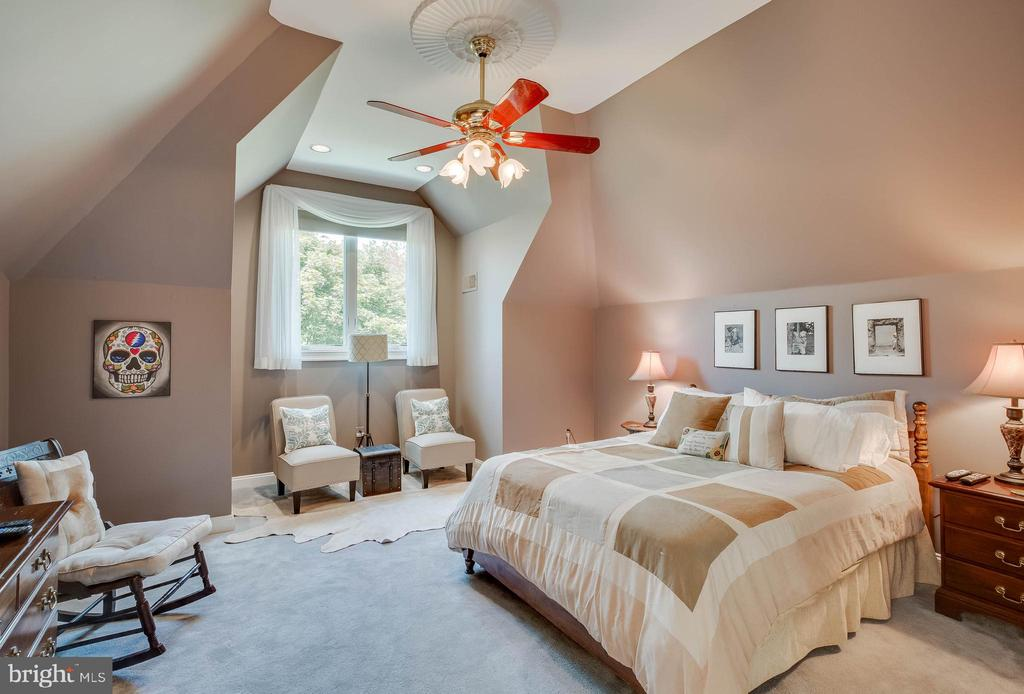 Large bedroom suite - 40843 ROBIN CIR, LEESBURG