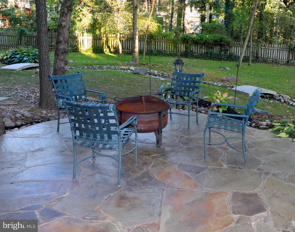 Cozy up ..gather round the fire pit. - 25272 RIPLEYS FIELD DR, CHANTILLY