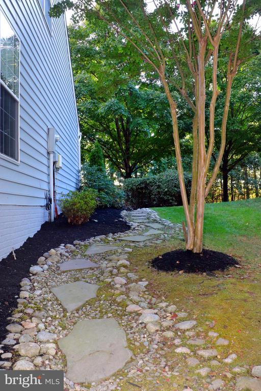 Path to back yard - 25272 RIPLEYS FIELD DR, CHANTILLY