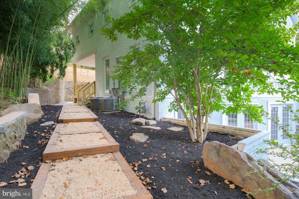 resort-feel side walk - 8746 BROOK RD, MCLEAN