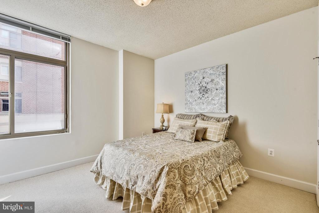 So much room, even with a Queen Bed! - 3600 S GLEBE RD #222W, ARLINGTON