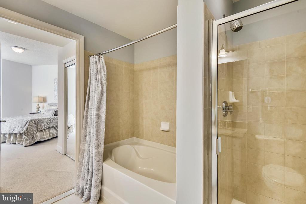Soaking Tub and Separate Shower in Master Bath! - 3600 S GLEBE RD #222W, ARLINGTON