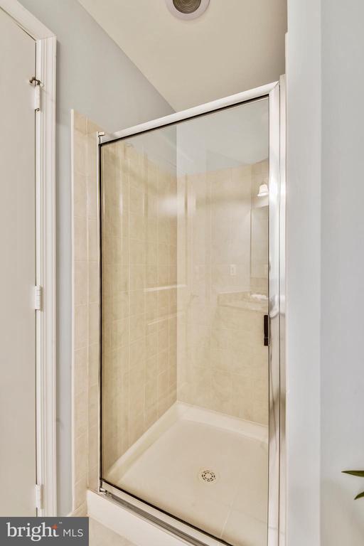 Shower in Main Bath! - 3600 S GLEBE RD #222W, ARLINGTON